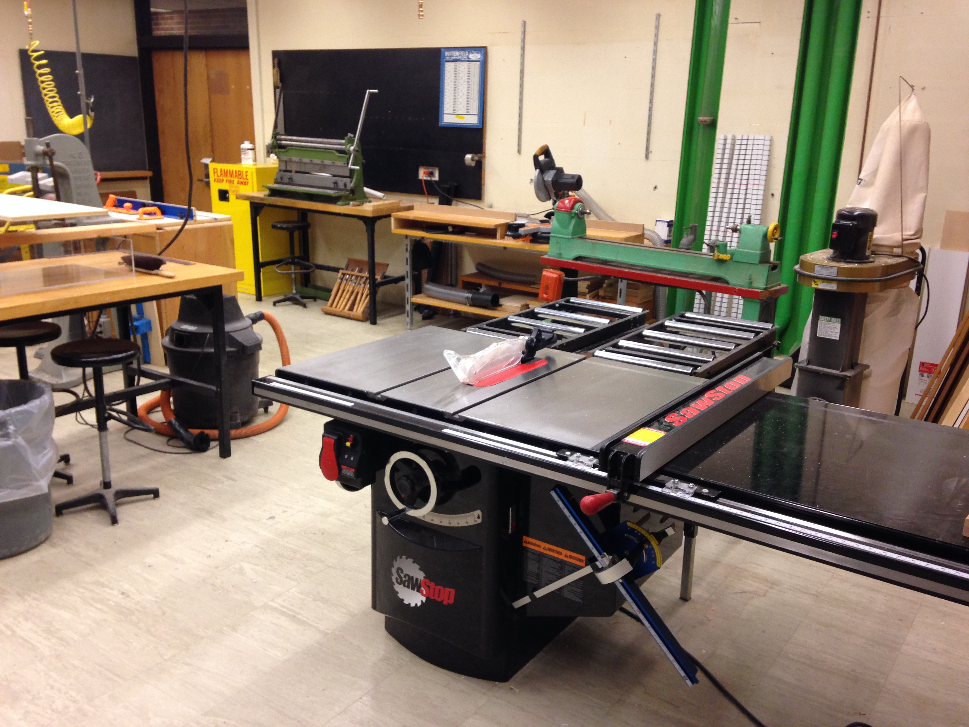 A SawStop tablesaw, drill press, band saw, chop saw and wood lathe are available for woodworking projects.
